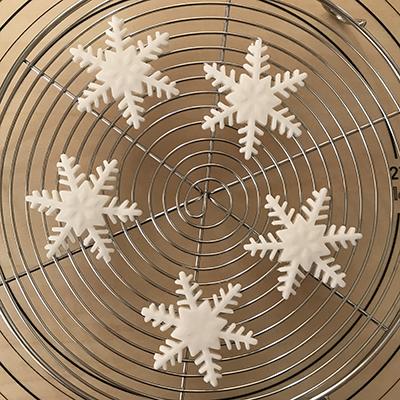 ロールフォンダンで雪の結晶をつくる